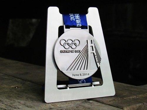 立式獎牌陳列架,彰顯人生中擁有特別意義的時刻,獎章掛架紀念章展示架,馬拉松、單車、鐵人、游泳、路跑