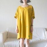 轉一個漂亮的圈圈在芥黃山上面/ 寬寬洋裝