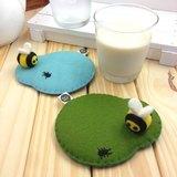 小蜜蜂和小螞蟻的人生。手工杯墊 (共兩色)