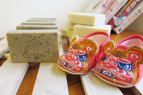 爆炸頭小孩-handmade soap 最佳抗煞聖品-平安艾草BABY皂(端午午時水平安皂)最適合老人與小孩沐浴使用)『皂。手工皂 せっけん』