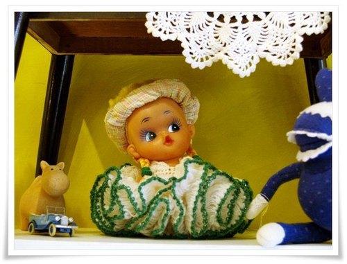 早期噘嘴娃娃.绿滚边针织洋装.