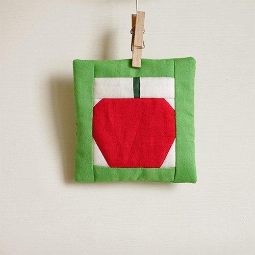 [colorvor] 红苹果拼布杯垫(白底绿框)