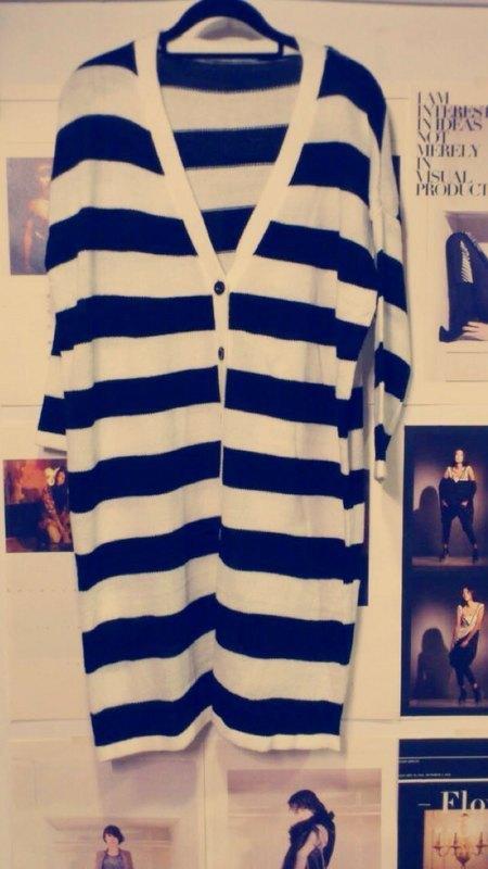 黑白横线条长版针织外套