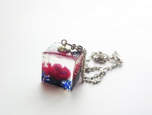 颜色: 红 蓝 材质: 滴胶 立方体尺寸 每边20mm  此款可制成手链or项链