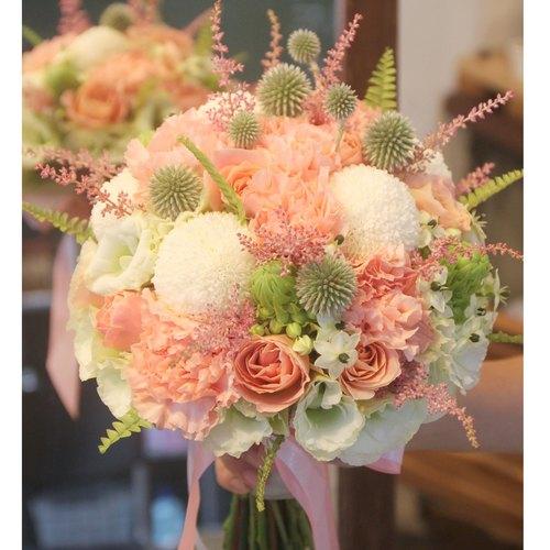 白绿粉橘色系新娘捧花