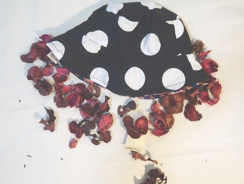 商品说明及故事 / 摩登黑底白点 (可另选他色搭配) 双面戴,可爱时尚