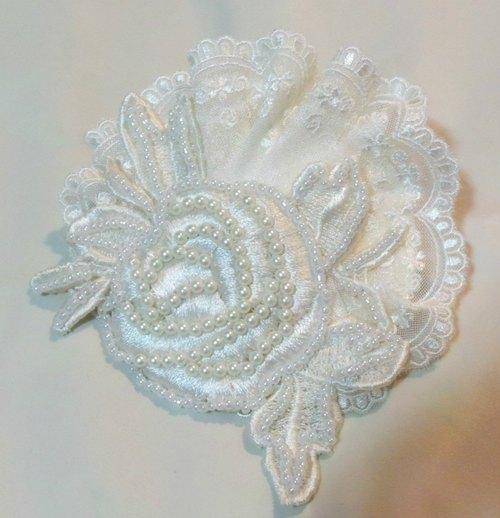 优雅的白色玫瑰刺绣和花边的婚礼帽或派对帽