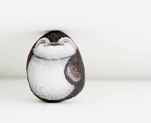 笑咪咪企鹅石头插画