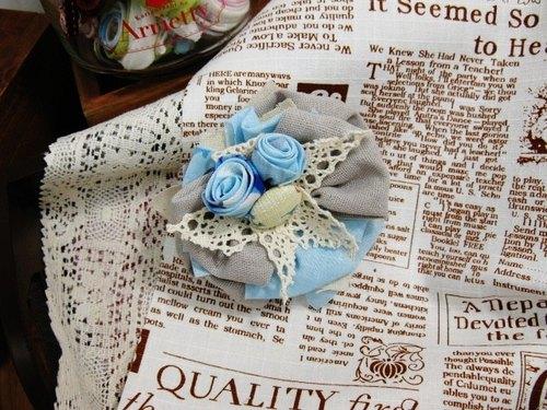 muso:布襟花 捲有藍色玫瑰花 背附銅色扣針 Fabric Corsage Brooch in Blue