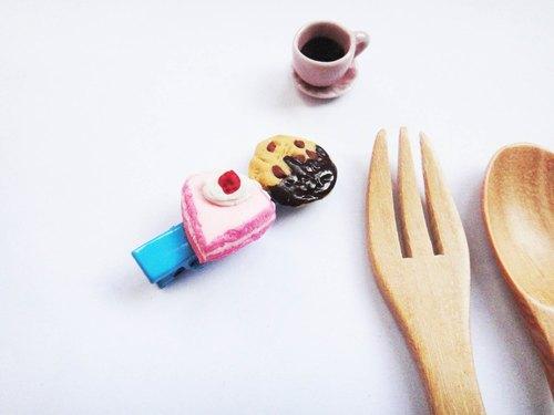 草莓小蛋糕跟酥脆的曲奇餅乾藍色髮夾