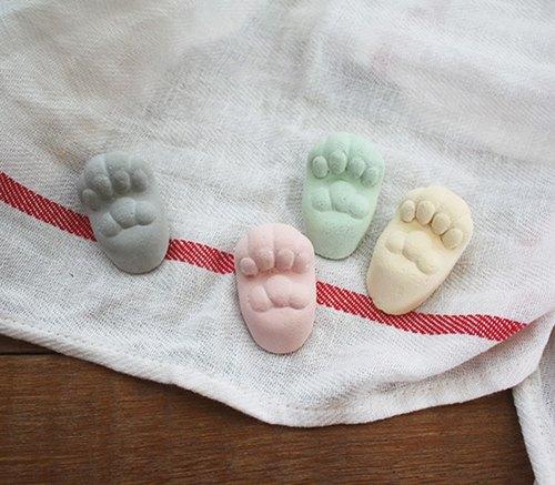 当猫咪张开手掌,露出粉嫩嫩的肉垫, 可爱到让人兴奋的忍不住想
