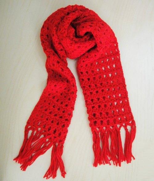 以钩针手工编织的毛线围巾