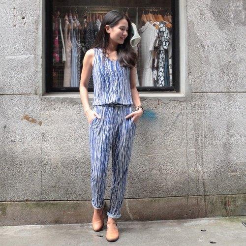 gt 蓝底白线条排扣连身裤图片