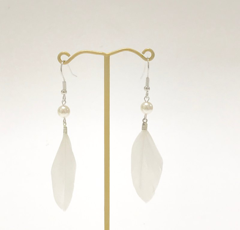Feather and Swarovski pearl earring