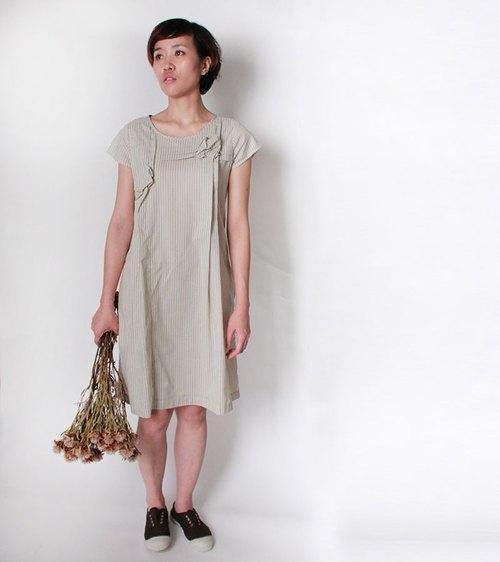 And 圍籬牆上的花朵 條紋短袖洋裝