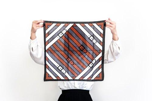 Vintage Roberta di Camerino 灰白咖啡三色皮帶印花古董絲巾