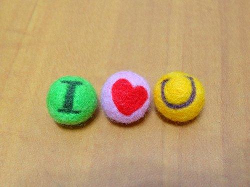"""英文字母羊毛球 -羊毛氈 +傳遞情感的小物 """"鑰匙圈、吊飾、擺飾""""(可客製化更改顏色)"""