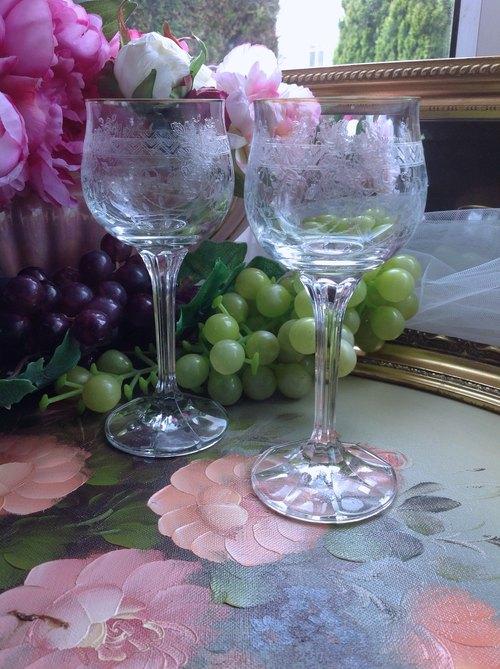 ♥~安妮瘋古物~♥ 英國製手工雕花1950 玫瑰圖騰紅酒杯 白酒杯 果汁杯 一對 送禮 居禮名店