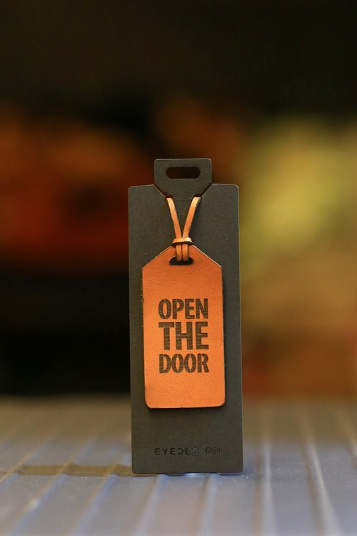 【eyeDesign看見設計】一句話皮革吊飾 Open The Door