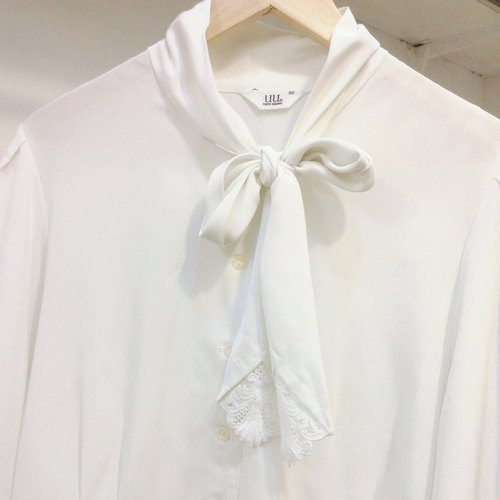 ✵ white い ka ba su nn ✵ white bow vintage lace long-sleeved shirt made in Japan.