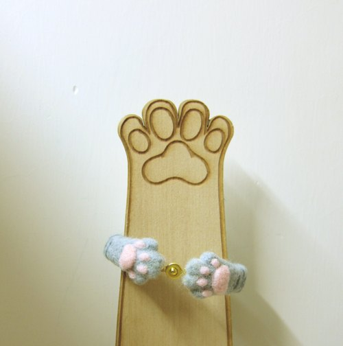. Warm winter. HUGHUG cat bracelet.