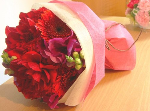 Flower Daily round in bouquets · ra ウ nn ド shaped cylindrical package in late Bouquet (Red)
