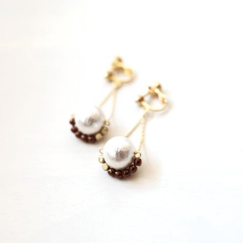 Pearl bead earrings altalena [Brown]