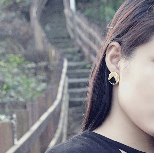 Hand retro golden earrings black earrings ☞ [modern girl]