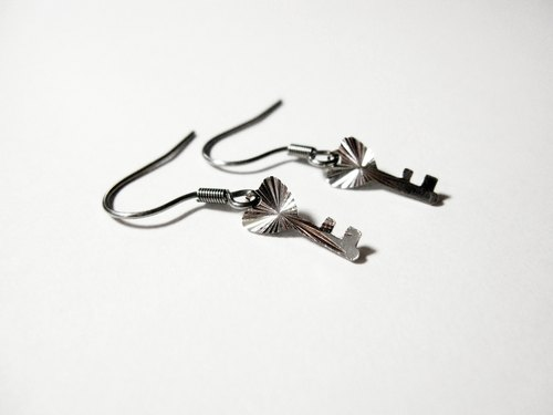 Key pin earrings _ [/ folder]
