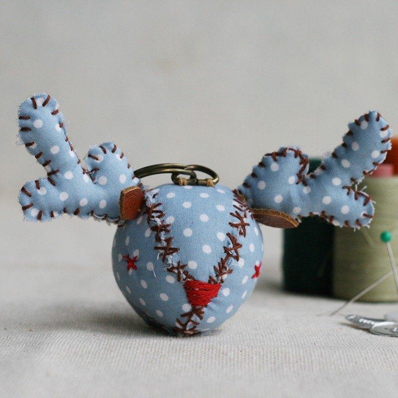 【布完美】點點麋鹿 手縫吊飾/鑰匙圈_藍莓優格_X光眼