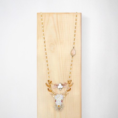 Deer of Club necklace with embroidered details / White