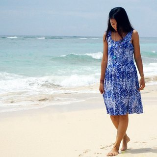 With the image of the sea foam and made bubble print sleeveless dress <Blue>