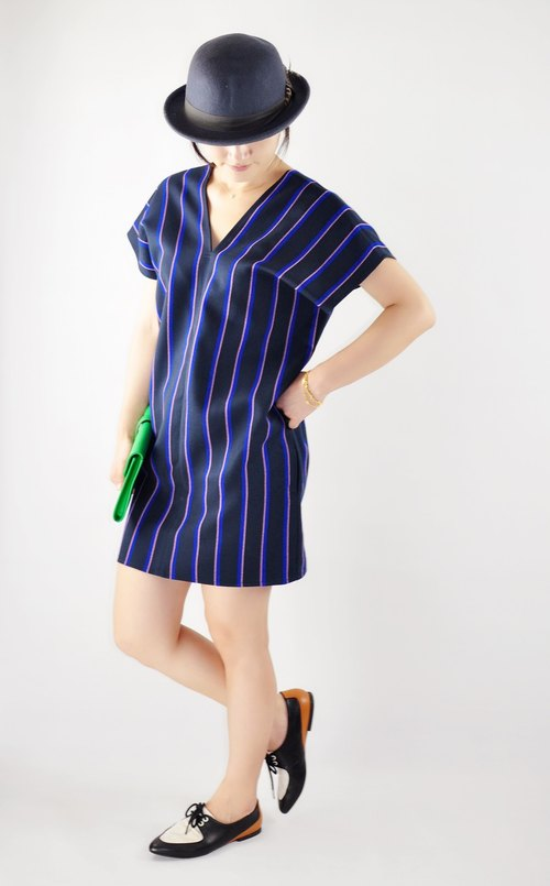 Flat 135 X Taiwanese designers British style stripes V-neck short sleeve dress simple three-dimensional cut pocket Valentine's Day outfit New Year Party