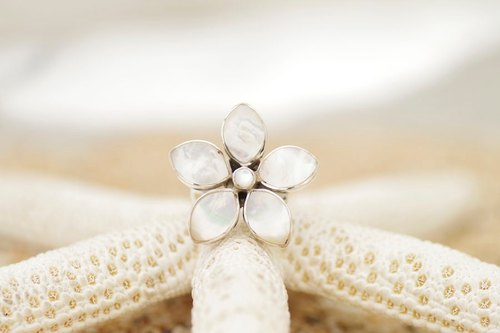 Flower ring of shell <Pearl White>