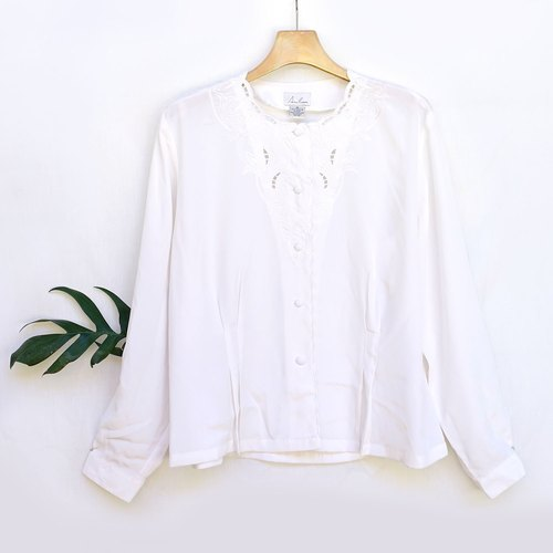 BajuTua / vintage / show white flower baskets empty slip material round neck shirt