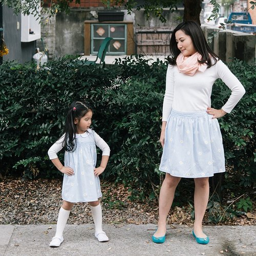 Female models, hand-embroidered small white flowers light blue striped ruffle skirt ● fragrance garden ● SweetThing Family fitted (remaining size M)
