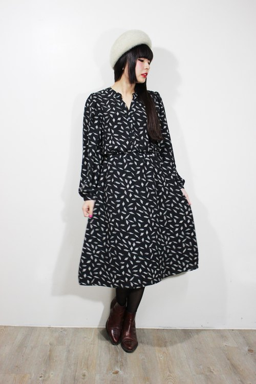 F606 (Vintage) black with white feather texture cloth flowers long-sleeved dress {vintage}