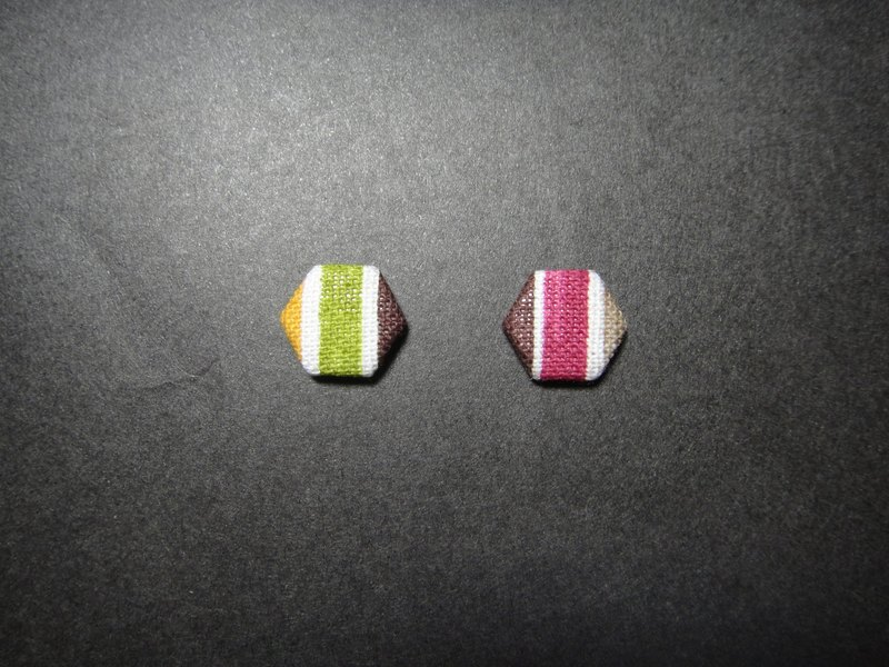 (C) _ straight hexagonal hexagonal cloth button earrings H22BT / UY45