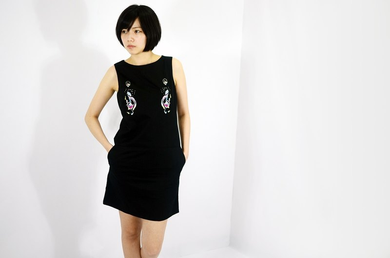 humming-Embroidered Sleeveless Shift Dress / black