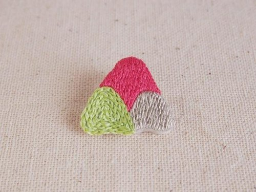 <Order production> mountain mountain embroidery brooch / pink