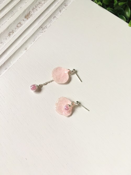 *Haku‧Neko*pale pink hydrangeas glass ball irregular wave bead earrings / ear acupuncture (real flowers series) [Order Products]