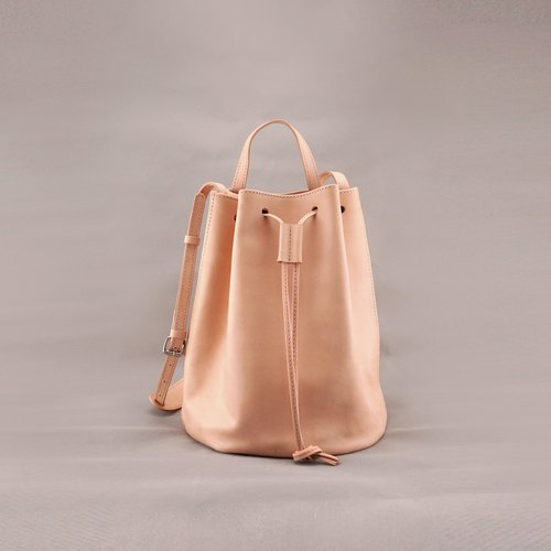 Bert Bert. Dorsal beam port package. Bucket bag. Original skin color. Vegetable tanned leather / leather / RRENAE Leatherware