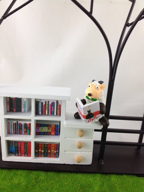 Dolly farm Proposals / grazing sheep - scholar / (comes with mini bookcase, prop book)