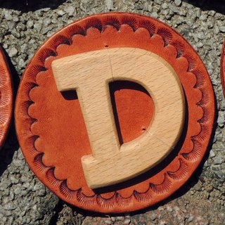 * Wind * Handwritten letters badge / pin / brooch / leather / wood - letter D