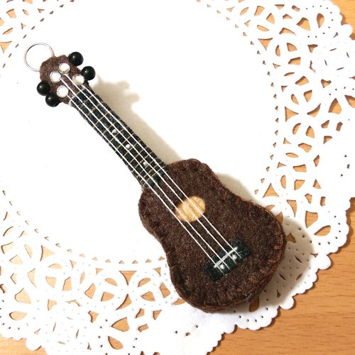 "【Wu Ke Lili - pocket version of the three-dimensional non-woven accessories (brown spot)】 musical instruments guitar non-woven dolls hand-made customized music class music graduation gift ""rice bear"""