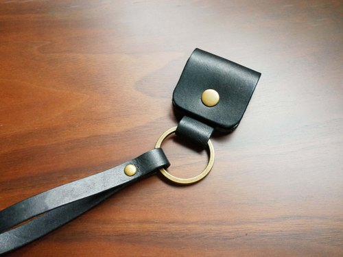 Hand-stitched vegetable tanned leather cowhide emergency key ring - black