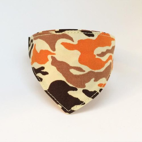 There bandana-style collar / corner cans for the camouflage pattern and cats (from kitten to adult cats)
