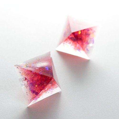 Pyramid-shaped earrings (strawberry soda)
