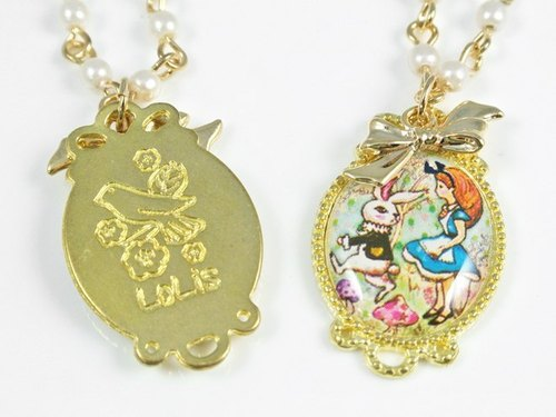LoLis pearl necklace Alice in Wonderland
