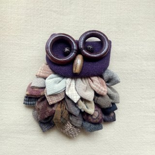 [A] lined up owl / brooch